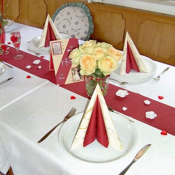 Festlich gedeckter Tisch mit Serviette