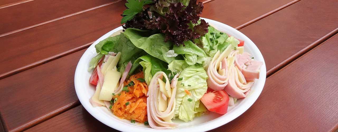 Gemischter Salat mit Schinken und Käse